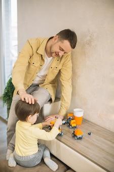 Pai segurando a mão na cabeça do filho e sendo protetor