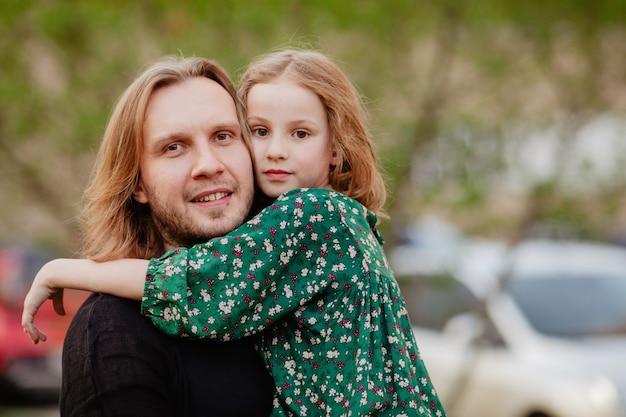 Pai, segurando, criança, em, braços