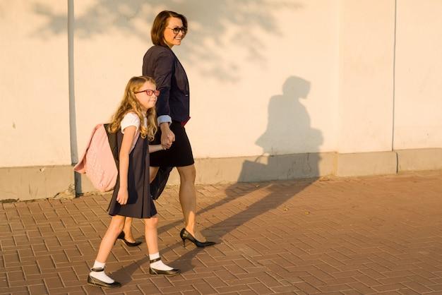 Pai segurando criança pela mão, vá para a escola