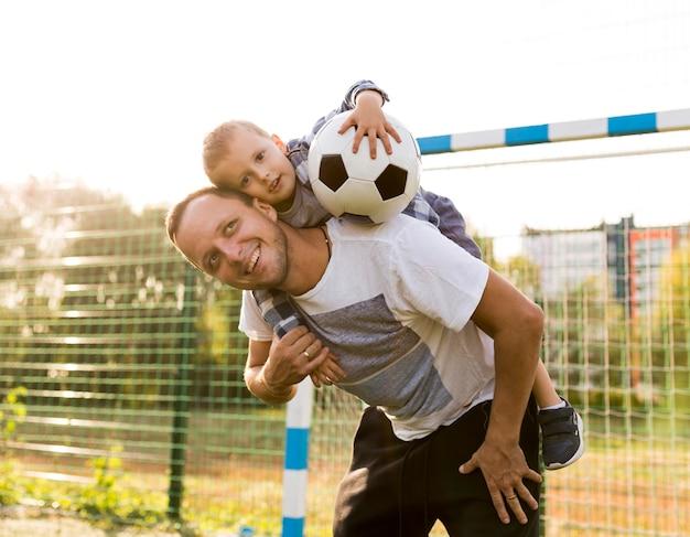 Pai segurando o filho nos ombros