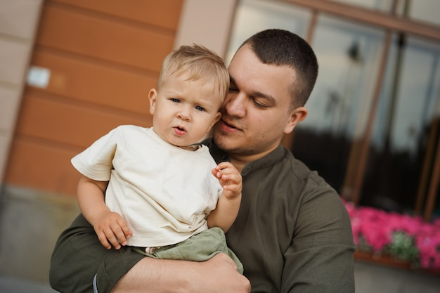 Pai segurando seu filho com ternura, amando pai e filho