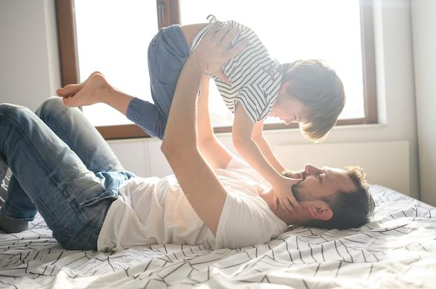 Pai segurando seu filho