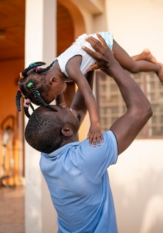 Pai segurando sua filhinha