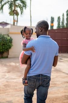 Pai segurando sua garotinha negra