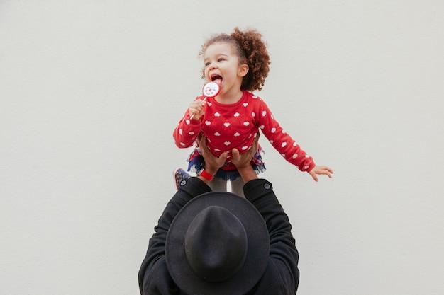 Pai solteiro de hipster brincando com sua filha pequena