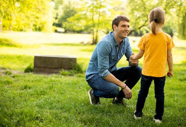 Pai solteiro no parque com sua filhinha fofa