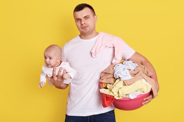 Pai solteiro oprimido por cuidar de tudo sozinho, cuidar do bebê recém-nascido e lavar roupa