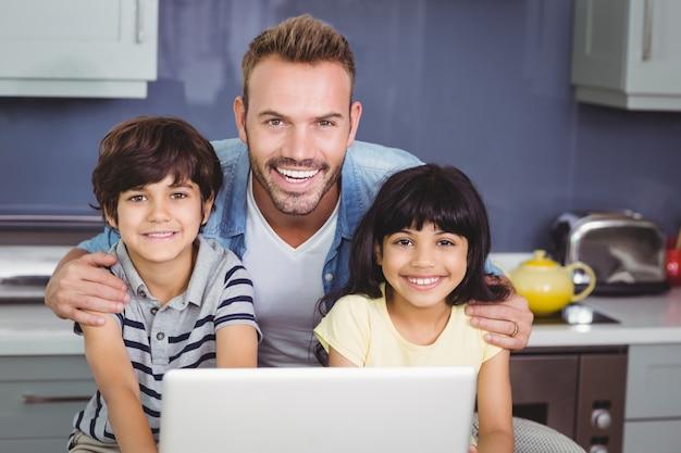 Pai sorridente com seus filhos