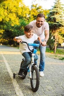 Pai sorridente e filho se divertindo juntos