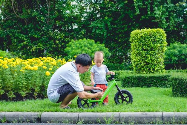 Pai tecnologia filho para andar de bicicleta de equilíbrio