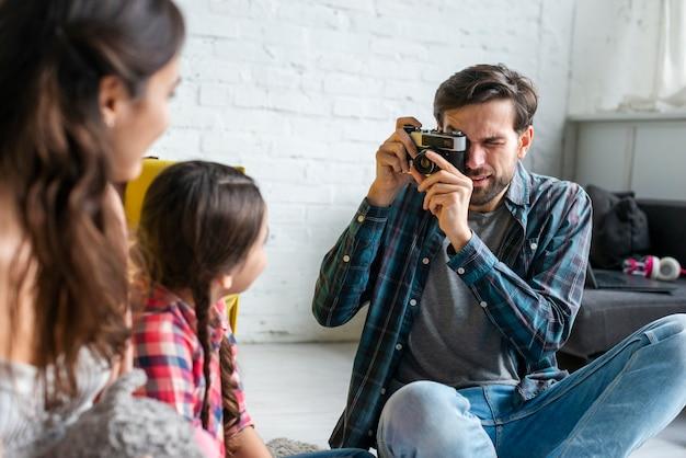 Pai tirando fotos de sua esposa e filho