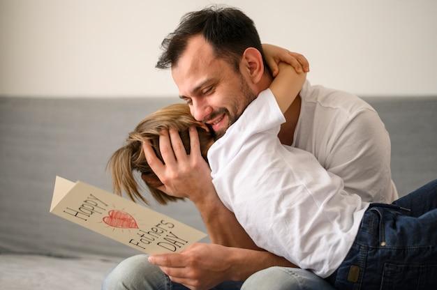 Pai tiro médio, abraçando, criança