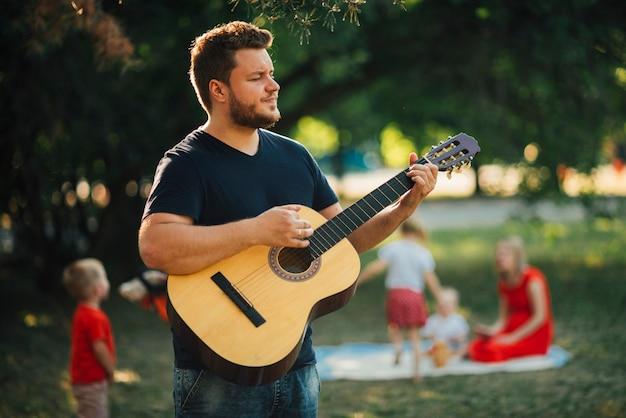 Pai, tocando, ligado, violão clássico