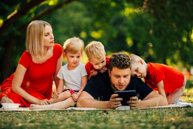 Pai, tocando, telefone, e, crianças, observar