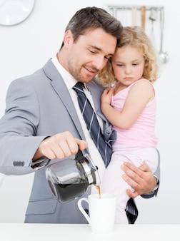 Pai tomando café da manhã com sua filha