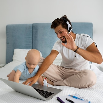 Pai trabalhando em casa durante a quarentena com criança