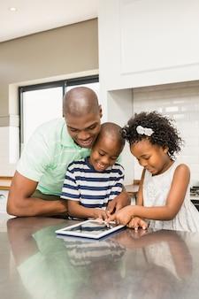Pai, usando, tabuleta, com, seu, crianças, em, cozinha