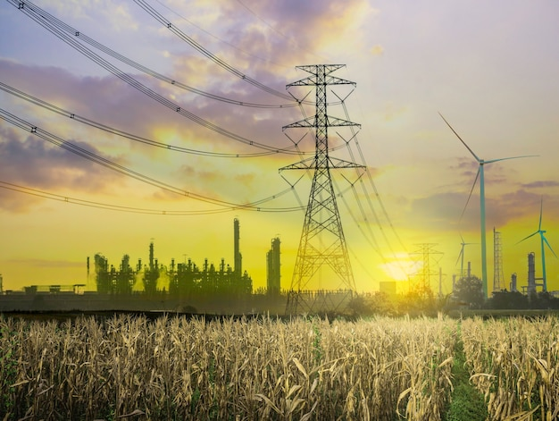 Painéis de células solares e turbinas eólicas no pôr do sol como fonte alternativa de gerador de energia, energia renovável para fornecimento de energia futuro e ecologicamente correto com o meio ambiente
