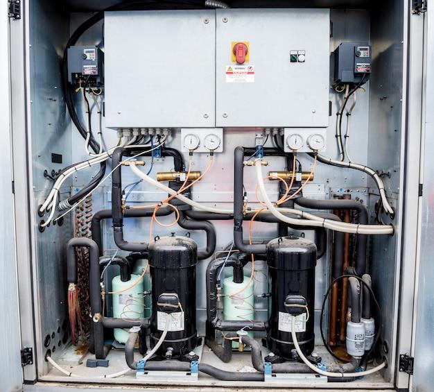 Painéis de controle e conversores de frequência na seção de abastecimento da unidade de ventilação