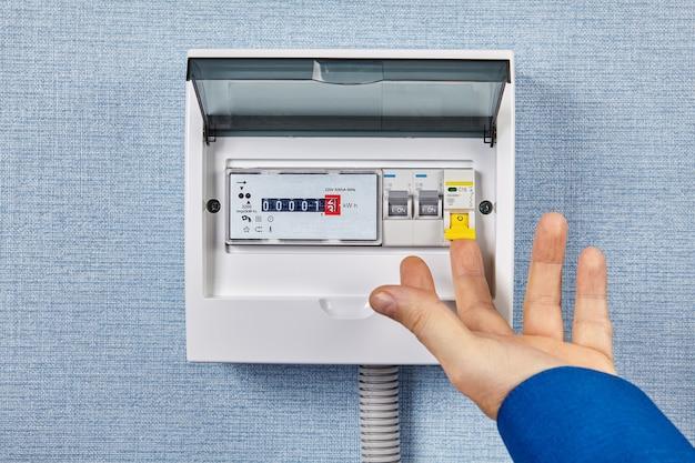 Painéis de disjuntores com medidores de eletricidade.