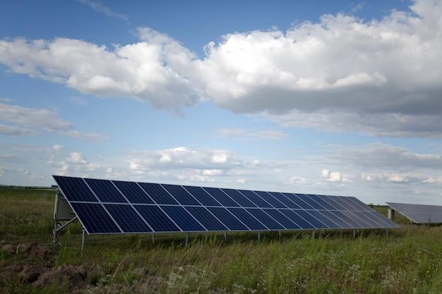 Painéis de energia solar no campo.