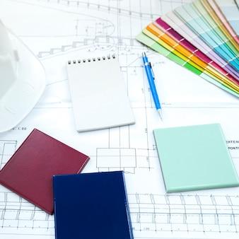 Painéis de fachada perto de caneta e bloco de notas na mesa