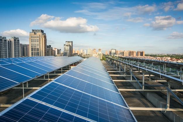 Painéis fotovoltaicos em frente à cidade