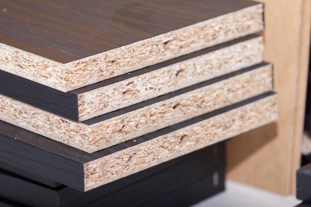 Painéis ou pranchas de madeira cortam peças para produção de móveis.