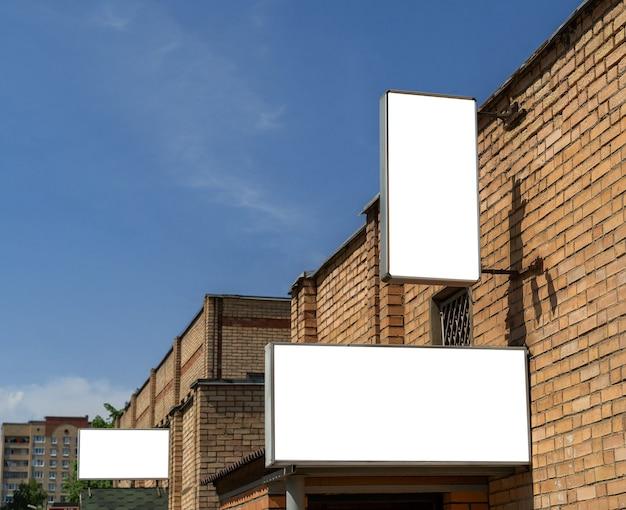 Painéis publicitários com espaço branco isolado para publicidade e cartazes nas ruas da cidade.
