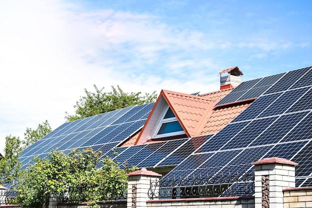 Painéis solares, close-up de uma matriz de painéis solares com céu azul,