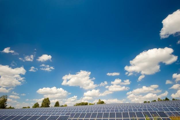 Painéis solares com fundo de céu azul