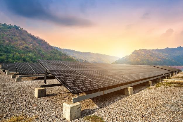 Painéis solares com vista para o reservatório e mountanis