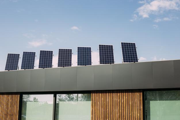 Painéis solares de eletricidade na parte superior do telhado da casa. ecologia sustentável, energia alternativa renovável