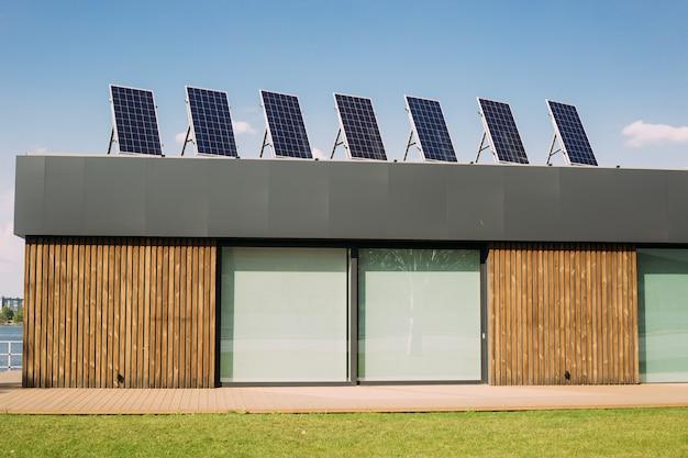 Painéis solares de eletricidade na parte superior do telhado da casa. energia alternativa renovável