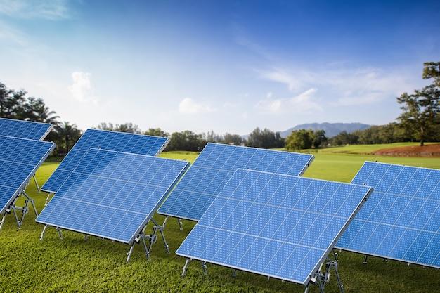 Painéis solares de renderização 3d com fundo ao ar livre