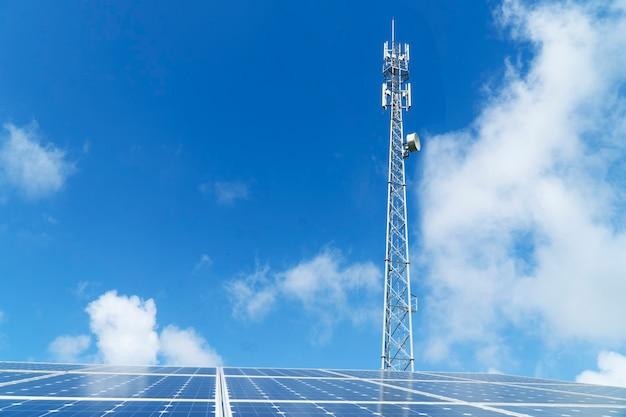 Painéis solares e torres de telefone celular