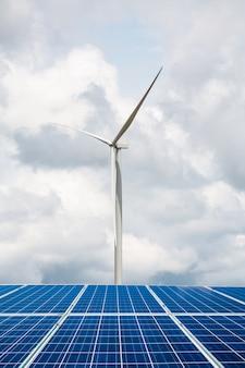 Painéis solares e turbinas eólicas com as nuvens e o céu, energia renovável