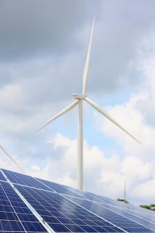 Painéis solares e turbinas eólicas com céu nublado