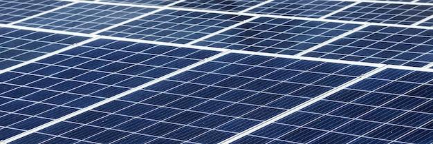 Painéis solares em banner social no telhado