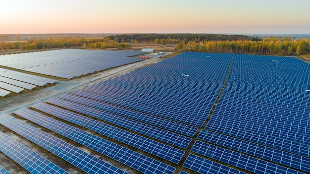 Painéis solares em vista aérea. painéis solares geradores de energia solar