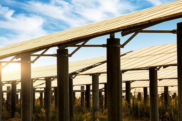 Painéis solares, fotovoltaicos - fonte de eletricidade alternativa.