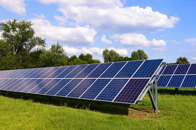 Painéis solares montados no chão