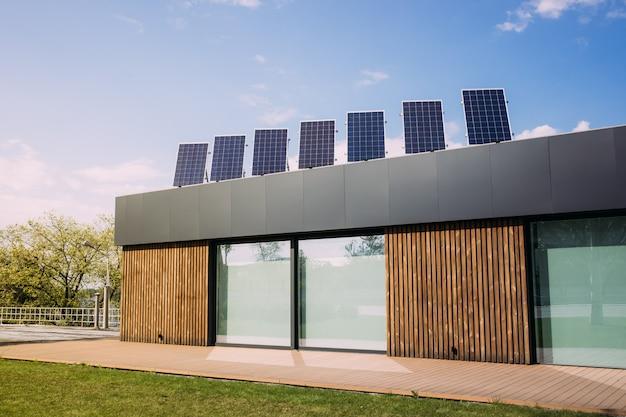 Painéis solares na parte superior do telhado da casa. energia alternativa renovável