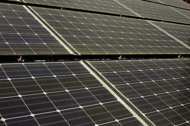 Painéis solares no telhado de uma casa