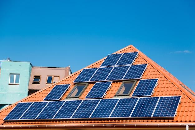 Painéis solares no telhado vermelho de um edifício