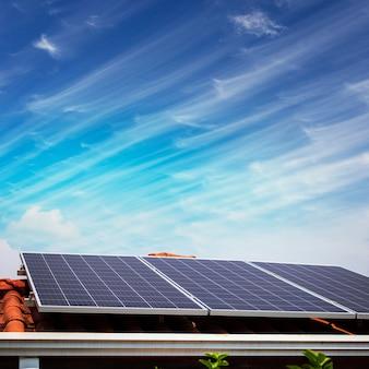 Painéis solares no telhado vermelho em um dia ensolarado e nublado. imagem de instalação fotovoltaica.
