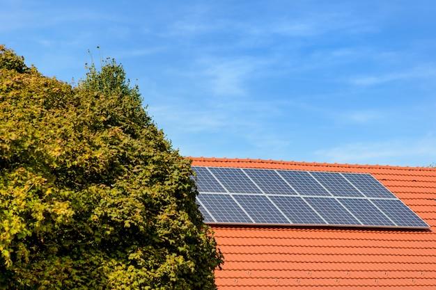 Painéis solares no topo de uma casa de família.