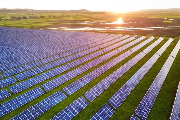 Painéis solares que produzem energia limpa renovável.