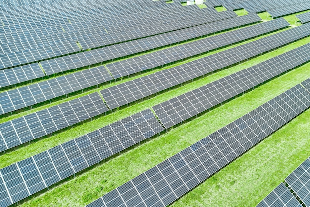 Painéis solares que produzem energia renovável verde