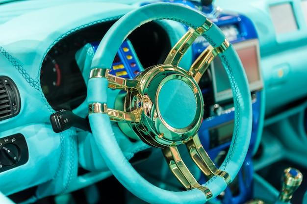 Painel colorido de um carro moderno